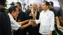 FILE PHOTO. International Monetary Fund (IMF) Managing Director Christine Lagarde (C) and Indonesia's President Joko Widodo are greeted by a vendor during a visit to Tanah Abang market in Jakarta, Indonesia. EPA, MAST IRHAM