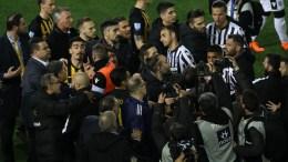 File Photo: Παίκτες του ΠΑΟΚ και της ΑΕΚ διαμαρτύρονται κατά τη διάρκεια του αγώνα ποδοσφαίρου ΠΑΟΚ - ΑΕΚ, για την 25η αγωνιστική του πρωταθλήματος Super League, που διεξήχθη στο γήπεδο Τούμπας, Θεσσαλονίκη,ΑΠΕ-ΜΠΕ, PIXEL, STR