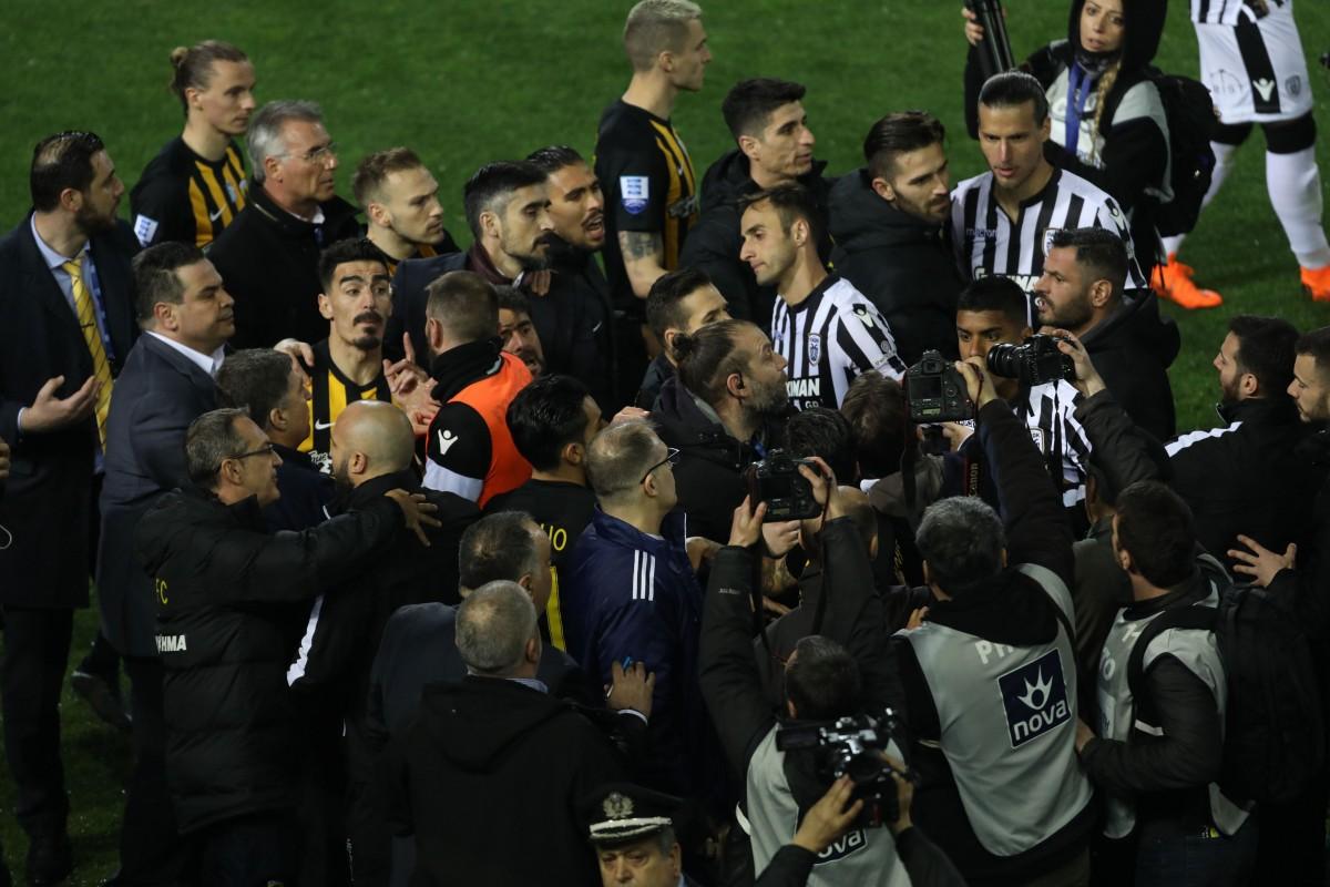 Παίκτες του ΠΑΟΚ και της ΑΕΚ διαμαρτύρονται κατά τη διάρκεια του αγώνα ποδοσφαίρου ΠΑΟΚ - ΑΕΚ, για την 25η αγωνιστική του πρωταθλήματος Super League, που διεξήχθη στο γήπεδο Τούμπας, Θεσσαλονίκη, Κυριακή 11 Μαρτίου 2018. ΑΠΕ-ΜΠΕ, PIXEL, STR