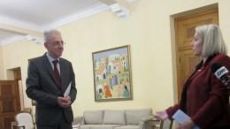 File Photo: Ο Κυβερνητικός Εκπρόσωπος Πρόδρομος Προδρόμου παραλαμβάνει υπόμνημα από την ΓΓ της ΠΟΓΟ Σκεύη Κουκουμά.  ΚΥΠΕ, Μ.ΦΙΛΗ