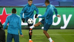 Real Madrid's Cristiano Ronaldo (C) and his teammates perform during their training session at the Parc des Princes Stadium in Paris, France, 05 March 2018. Real Madrid will face Paris Saint-Germain in their UEFA Champions League round of 16, second leg soccer match on 06 March 2018. EPA, IAN LANGSDON
