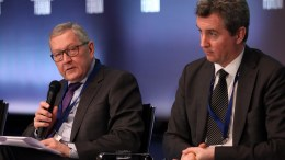 FILE PHOTO.  Ο επικεφαλής του ESM Klaus Regling (Α) και ο Declan Costello (Δ), επικεφαλής της αποστολής της ΕΕ για το ελληνικό πρόγραμμα, συμμετέχουν σε συζήτηση στο Οικονομικό Φόρουμ Δελφών. ΑΠΕ-ΜΠΕ, ΟΡΕΣΤΗΣ ΠΑΝΑΓΙΩΤΟΥ