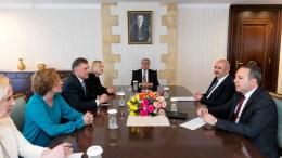 Συνεχίζει τις συζητήσεις και με τις δύο πλευρές και μόλις υπάρχουν εξελίξεις θα ενημέρωσε τα ΜΜΕ, δήλωσε η Ειδική Αντιπρόσωπος του ΓΓ του ΟΗΕ στην Κύπρο, Ελίζαμπεθ Σπέχαρ μετά την ωριαία συνάντησή της με τον, Μουσταφά Ακιντζί το πρωί της Τετάρτης (21/3/2018), KYΠΕ.