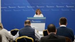 Η εκπρόσωπος τύπου της Νέας Δημοκρατίας, Μαρία Σπυράκη κατά την ενημέρωση  των πολιτικών συντακτών, ΑΠΕ-ΜΠΕ, Παντελής Σαίτας.