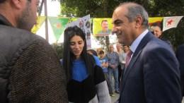Ο Πρόεδρος της Βουλής Δημήτρης Συλλούρης συνομιλεί με Κούρδους οι οποίοι βρίσκονται έξω από το κτήριο της Βουλής για τα γεγονότα στο Αφρίν. 13/03/2018, ΚΥΠΕ, Η.ΜΙΤΣΙΔΟΥ