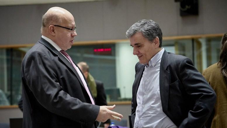 Ο υπουργός Οικονομικών Ευκλείδης Τσακαλώτος (Δ) συνομιλεί με τον υπηρεσιακό υπουργό Οικονομικών της Γερμανίας, Πέτερ Αλτμάιερ (Peter ALTMAIER) (Α), στησυνεδρίαση του Eurogroup, στις Βρυξέλλες, τη Δευτέρα 12 Μαρτίου 2018. ΑΠΕ-ΜΠΕ, EU Council, Mario Salerno