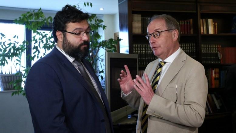 Ο υφυπουργός Αθλητισμού Γιώργος Βασιλειάδης (Α) συνομιλεί με τον πρόεδρο της Επιτροπής Παρακολούθησης της FIFA Χέρμπερτ Χούμπελ(Δ) (Herbert Hbel), κατά τη διάρκεια συνάντησής τους στο υπουργείο, Μαρούσι, Τετάρτη 14 Μαρτίου 2018. ΑΠΕ-ΜΠΕ, ΟΡΕΣΤΗΣ ΠΑΝΑΓΙΩΤΟΥ