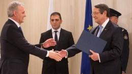 File Photo: Ο Πρόεδρος της Δημοκρατίας Νίκος Αναστασιάδης παραδίδει στον Επίτροπο Προεδρίας Φώτη Φωτίου την πράξη διορισμού του. ΚΥΠΕ, ΓΤΠ, Χ.ΑΒΡΑΑΜΙΔΗΣ