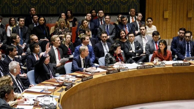 Τα βλέμματα όλων είναι στραμμένα στους μονίμους αντιπροσώπους της Ρωσίας και των ΗΠΑ. Ο Ρώσος πρέσβης Βασίλι Νεμπένζια (αριστερά) με σηκωμένο το χέρι για το ρωσικό βέτο στο Συμβούλιο Ασφαλείας και η Αμερικανίδα πρέσβειρα κ. Νίκι Χάλεϊ (δεξιά) να τον κοιτάζει. Ηνωμένα Έθνη, Νέα Υόρκη, 10 Απριλίου 2018. . EPA, JUSTIN LANE