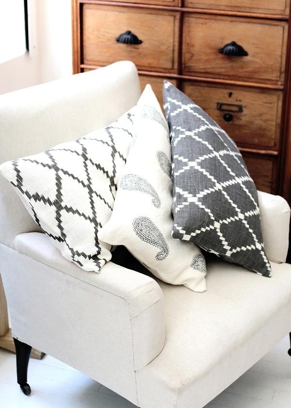 inspiration deco boheme chic coussins ikat sezane h ll. Black Bedroom Furniture Sets. Home Design Ideas