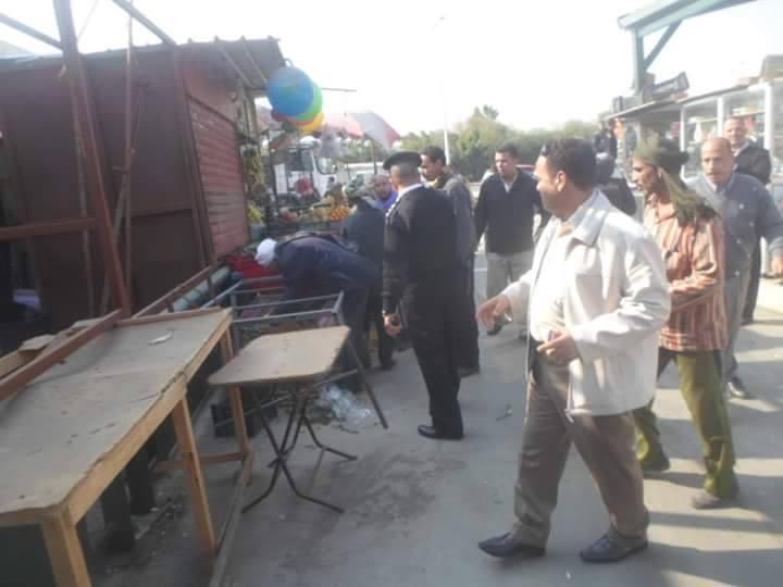 بالصور.. الحي يضرب بقوة .. حملة لإزالة الباعة الجائلين والإشغالات بسوق توشكى وشارع المحطة.