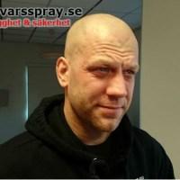 Olsson testar försvarsspray...