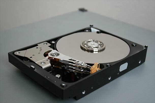 Жесткий диск в разобранном виде. Головки и пластины