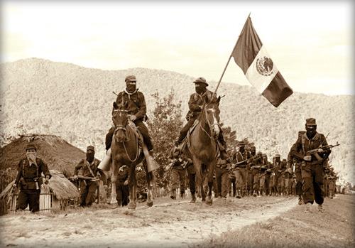 Сапатисты на конях с флагом Мексики