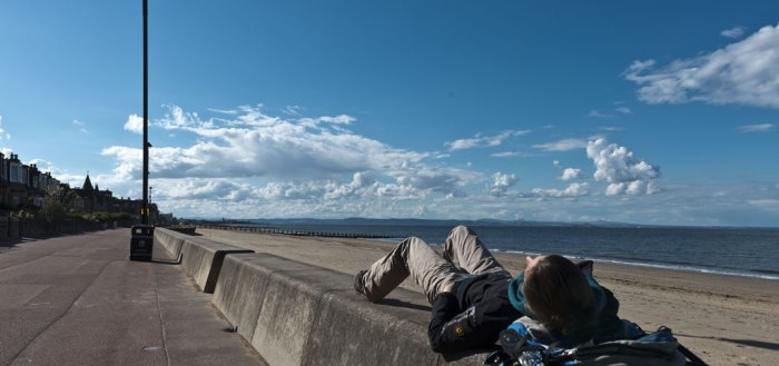 Total relaxt am Strand von Portobello