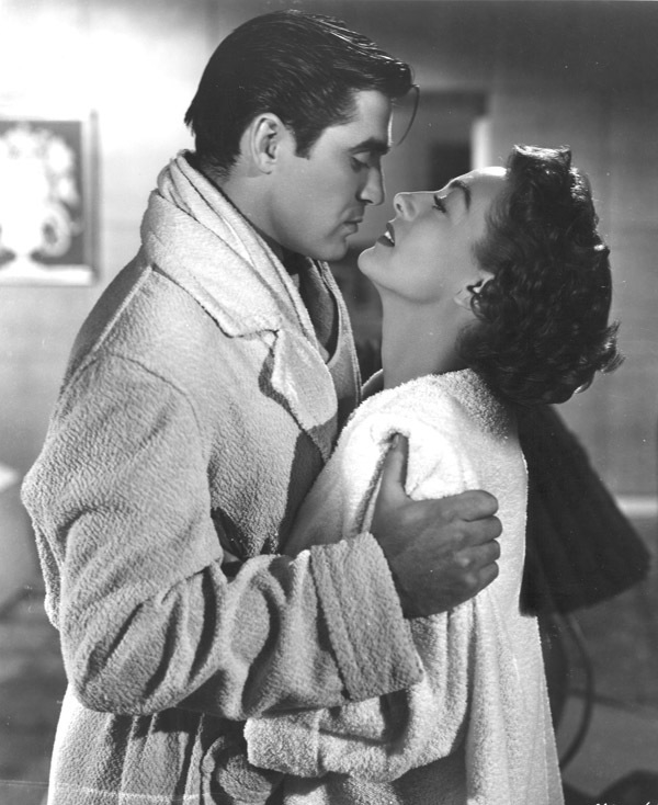 Joan Crawford en los brazos de Steve Cochran.