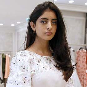 अमिताभ बच्चन की क्या लगती है, जो Hot Bikini Dance कर एक्ट्रेस की तरह पोपुलर हो चुकी है ?