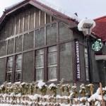 青森県弘前市・白く染まる岩木山神社とスターバックス