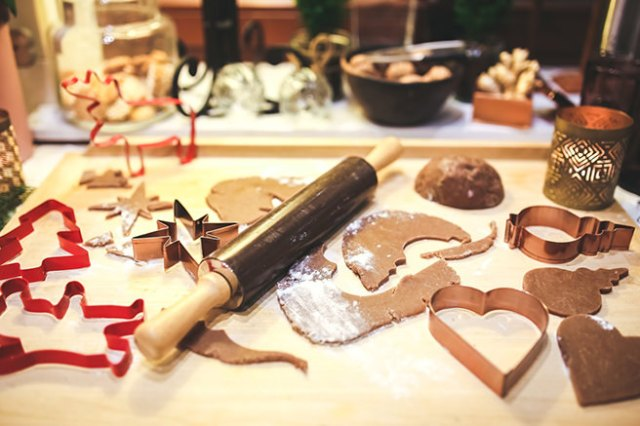 Making Christmas gingerbread figures