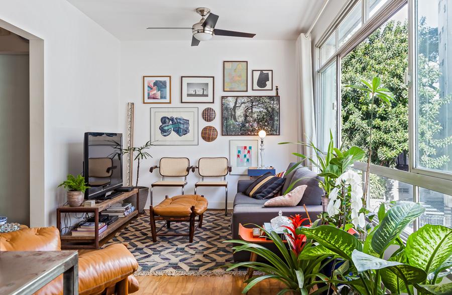 01-decoracao-apartamento-compacto-sala-estar-plantas-quadros