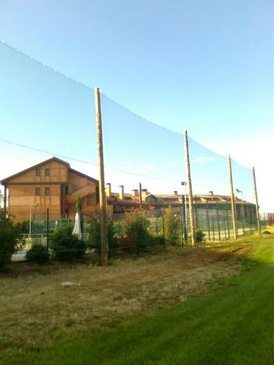 Instalar postes cercados gran altura enrejado malla red - Postes de madera ...