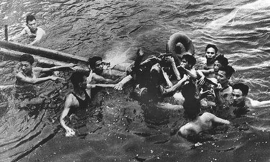 John McCain wordt door Vietnamesen opgevist nadat hij is neergeschoten. (Foto: Library of Congres)