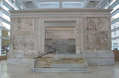 Voorzijde van Ara Pacis met ingang naar altaar