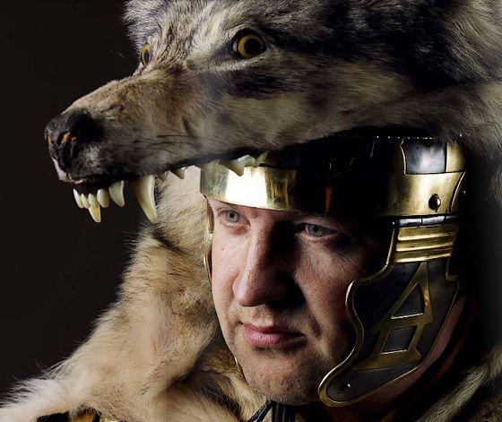Officier met wolvenvel – Foto: Vantilt   Fragma – Stef Verstraaten