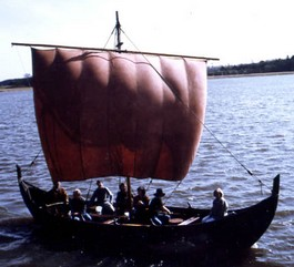 Replica van een klein Vikingschip