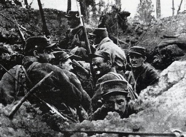 Soldaten in een loopgraaf bij Ieper