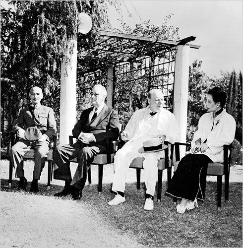 Mayling in gesprek met Winston Churchill tijdens de Conferentie van Caïro