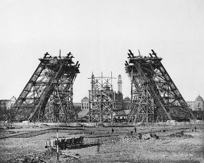 7 december 1887: De montage van een steunpilaar voor de bouw van de eerste verdieping
