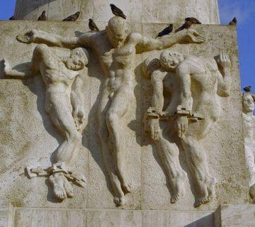 Centrale beeldengroep met de vier geboeide mannen - cc
