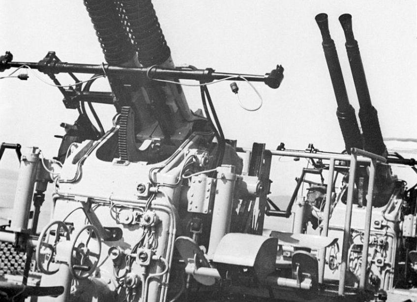 Hr. Ms. De Ruyter (1936) -was voor de oorlog al voorzien van dubbelopstellingen met watergekoelde Bofors 40 mm mitrailleurs (bij de Marine wordt het pas boven de 40 mm een kanon)