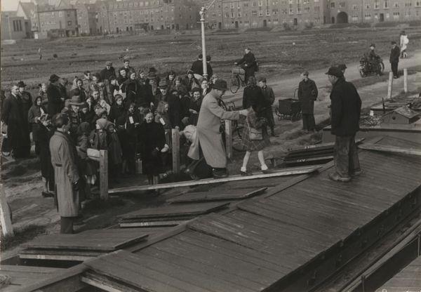 Kinderen worden per schip naar Friesland gebracht, Den Haag (1944-1945) - Menno Huizinga/ Nederlands Fotomuseum