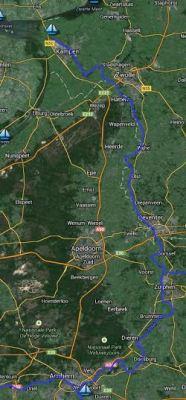 De IJssel op Google Maps. De rivier ontspringt ten oosten van Arnhem bij Westervoort en kronkelt vervolgens via Zutphen, Deventer, langs Zwolle en door Kampen om uit te monden in het IJsselmeer. De IJsselmeerpolders bestonden tijdens de oorlog nog niet.