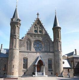 Het grote ronde raam in de Ridderzaal is een negentiende-eeuws bedenksel. - cc