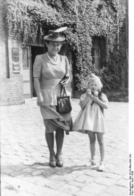 Gudrun Himmler (r) met haar moeder Marga (Bundesarchiv)