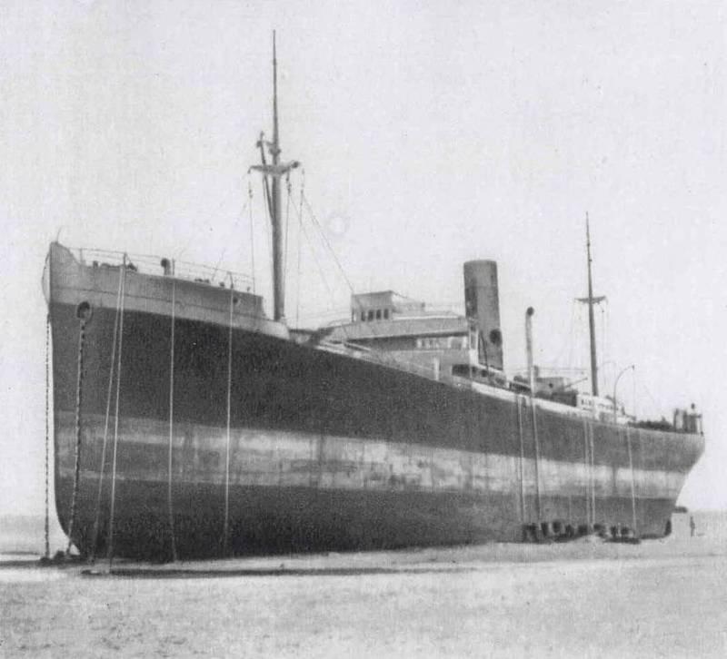 De SS Pavon op het strand van Hemmes de Marck. De touwen waarlangs de opvarenden zich op het strand lieten zakken hangen nog over de reling. (Foto: Collectie Didier Dewaele)