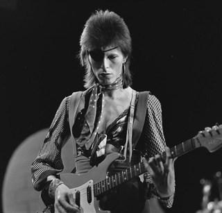 David Bowie in AVRO's TopPop, 1974 (cc - Beeld en Geluid)
