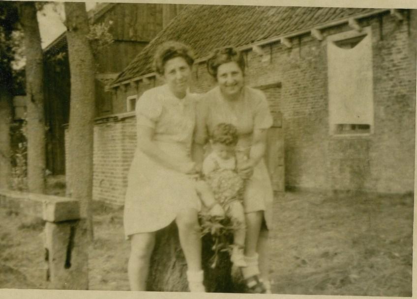 Betty met haar zoontje bij de familie de Vries.