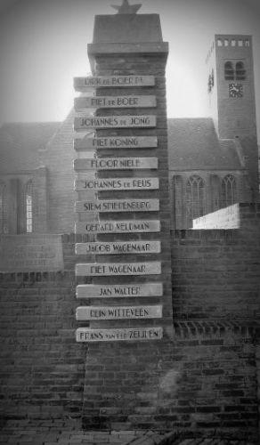 Voor de kerk van Stompetoren staat het herdenkingsmonument dat herinnert aan de Slag bij Rustenburg in de nacht van 10 op 11 oktober 1944.