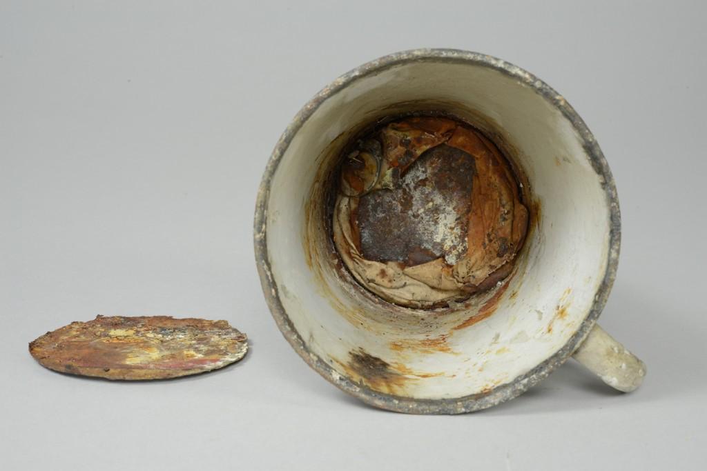 Sieraden ontdekt in mok met dubbele bodem in Auschwitz