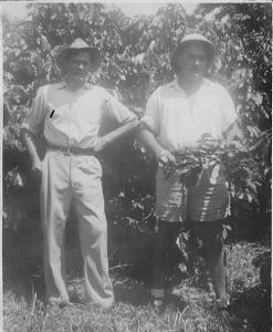 Jan van Bommel (links) op de koffieplantage met zijn Franse assistent