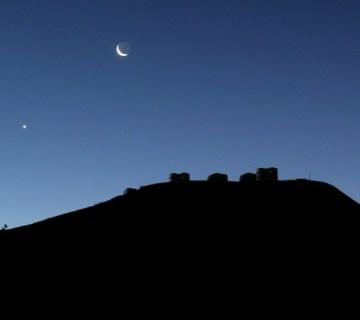 Venus en de maan, kort na zonsondergang (wiki)