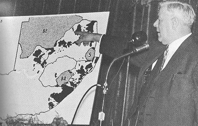 Minister Hendrik Verwoerd voor de landkaart