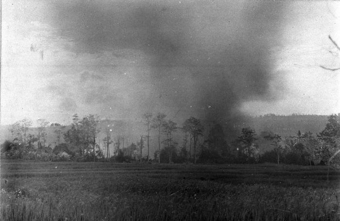 Gezicht op het gedeeltelijk in brand staande Tampeng (1904). Afb: Tropenmuseum