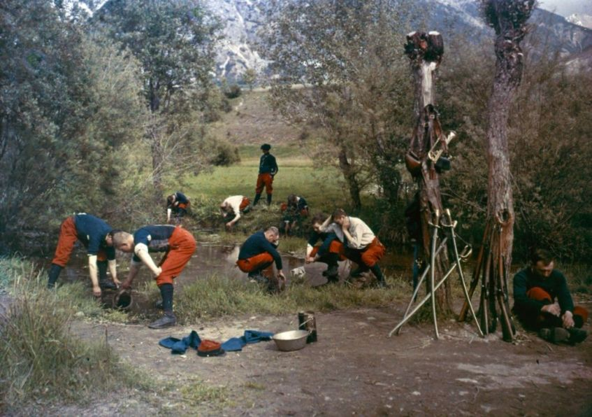 Franse soldaten verfrissen zichzelf bij een beekje, 1914