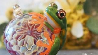 本物のカエルより綺麗なガラスのカエル
