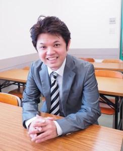 教務部リーダーの大城(おおしろ)智宏さんは東京大学経済学部出身。「切れ味するどい、わかる授業」に定評とのこと(写真:サクセスライン提供)